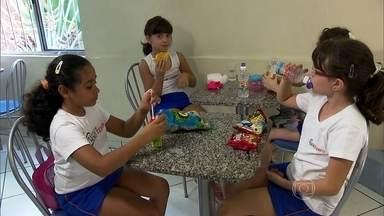 Merenda escolar pode ser armadilha na alimentação das crianças - Muitas vezes, os pais mandam um lanchinho, mas os filhos dividem as comidinhas com os colegas. Sem contar a lanchonete, recheada de pizza, refrigerante e chocolate.