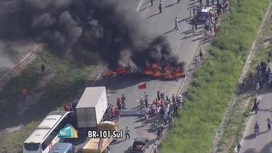 Manifestantes de movimentos sociais ligados à área rural fecharam trechos de duas rodovias - Foram interditados pontos da BR-101 e da BR-232.
