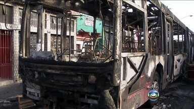 Dois ônibus são queimados em São Paulo - Segundo moradores, o ataque seria uma reação a morte de um homem durante tiroteio com a PM. A polícia não confirma a informação. O fogo atingiu a fiação elétrica e parte da avenida Carlos Caldeira, no Campo Limpo ficou sem luz.