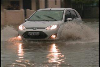 Chuva intensa causa problemas em bairros de Santa Maria - O volume de chuva causou alagamentos em vários pontos de Santa Maria. Moradores tiveram as casas invadidas pela água