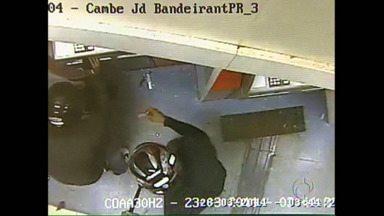 Câmeras mostram explosão em caixa eletrônico do Itaú - O banco divulgou imagens de câmeras de seguranças da área de autoatendimento. Os bandidos usam barras de ferro para abrir espaço no caixa e detonam o explosivo. O crime foi no dia 23 de março. Hoje a agência foi atacada novamente.