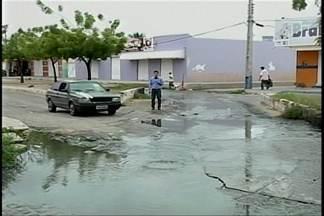 Esgotos estourados causam transtornos a moradores do bairro São Gonçalo - O problema já é antigo no bairro, que fica na zona oeste de Petrolina