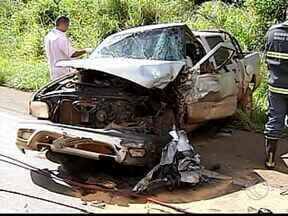 Homem morre e mulher fica ferida em acidente na BR-365 em MG - As placas dos carros são de Patos de Minas. Trecho entre Patos de Minas e Guimarânia ficou interditado por duas horas.
