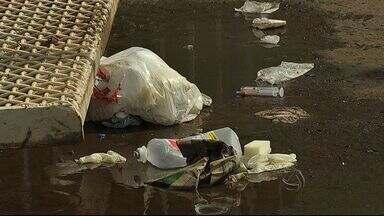 Vigilância sanitária vai fiscalizar coleta de lixo hospitalar da Santa Casa - Imagens mostram vários itens de uso hospitalar espalhados pelo chão enquanto o lixo é recolhido