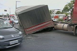 Carreta tomba na via Perimetral em Mogi e complica o trânsito - Uma das faixas precisou ser interditada, o que deixou o tráfego bastante lento nesta quarta-feira (2).
