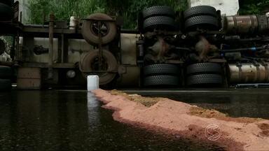 Caminhoneiro morre em acidente na Serra das Araras, em Piraí - Caminhão carregado de óleo diesel tombou depois que motorista perdeu o controle da direção em uma curva; homem morreu no local.