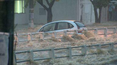 Chuva forte alaga ruas, arrasta carros e deixa trânsito complicado em Belo Horizonte - De acordo com a Cemig, nesta tarde, chouveu quase todo o volume de chuva esperado para abril.