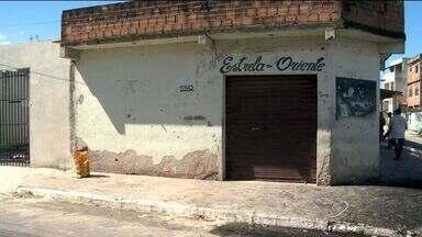 Pedreiro cai depois de ônibus bater em andaime em Vila Velha - Moradores colocaram fogo em pneus como protesto.Estado de saúde de trabalhador é grave.