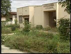 Cemitério Municipal do Bairro Santa Rita em Valadares está em mau estado de conservação - Equipe de reportagem encontrou mato alto, acesso sem pavimentação e túmulos quebrados.