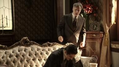 Valter flagra Décio com as joias roubadas - Ele sugere dividir o dinheiro com o filho, mas Laura avisa que chamará a polícia