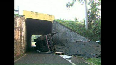 Carreta continua na pista e contorno sul de Rolândia permanece interditado - A PR 986 continua interditada. A carreta carregada de produtos químicos tombou ontem e não foi retirada do local até agora.
