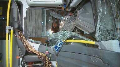 Ônibus e carros se envolvem em batida na Zona Sul do Recife - Acidente teria sido provocado por um coletivo, na Avenida Domingos Ferreira.