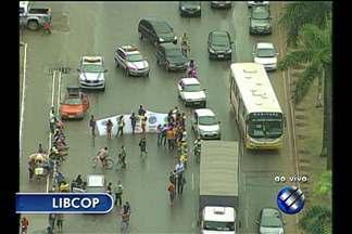 Catadores do lixão do Aurá interditam a BR-316, no Pará - Engarrafamento já chega a 5 quilômetros. Cerca de 100 pessoas participam da manifestação.