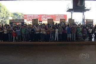 Estudantes bloqueiam terminal da Praça da Bíblia, em Goiânia - Alunos esperavam pelo ônibus que vai até o campus da Universidade Federal de Goiás. Passageiros chegaram a esperar por mais de uma hora.