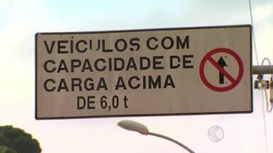 Caminhões são autuados por passarem em via proibida de MG - Regras na Alameda Ilva de Mello Reis são desrespeitadas em Juiz de Fora.Veículos com mais de 3,5 t não podem passar pela via; 18 foram multados.