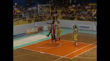 Campo Mourão vence Lins e assume liderança da Liga Ouro de basquete - Duelo entre irmãos tem vitória dos donos da casa