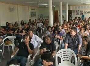 Professores de Caruaru se reúnem e tentam definir rumo da greve - Greve dos professores municipais completou dois meses. Após assembleia, eles se reuniram na Secretaria da Educação do município para tentar reunião.