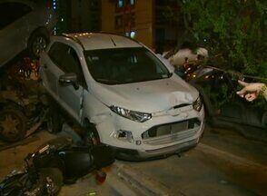 Acidente envolve carros, ônibus e moto em Boa Viagem, no Recife - Idoso e motorista seguem internados; mulher que ficou ferida recebeu alta. Motorista de ônibus teria passado mal antes de bater veículo.