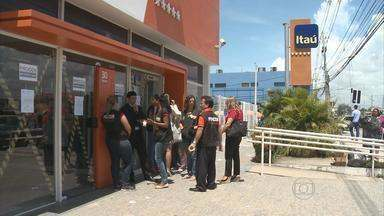 Procon de Jaboatão interditam agência do Itaú em Prazeres - Banco estava descumprindo a lei municipal que determina 15 minutos como tempo máximo de espera na fila.