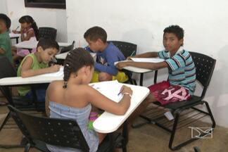 Crianças do Desterro, em São Luís, estão trocando as tardes ociosas por mais aprendizado - Um projeto da Fundação da Memória Republicana oferece, para meninos e meninas em idade escolar, atividades de reforço em matemática e português.