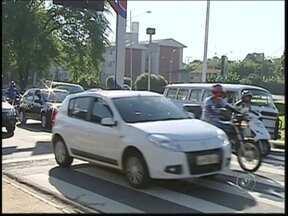 Com alta da gasolina, motoristas mudam comportamento na hora de abastecer em Rio Preto - O Brasil nunca teve tantos veículos na rua como agora. O resultado disso foi um consumo recorde de combustível. Mas com o preço da gasolina o comportamento dos motoristas começa a mudar.