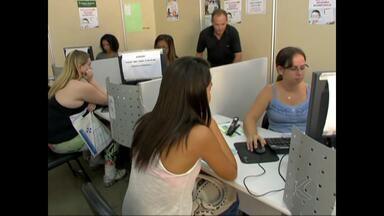 Adolescentes movimentam cartório eleitoral de Juiz de Fora - Prazo para alistamento termina no dia 7 de maio. De janeiro até abril, cerca de sete mil pessoas passaram pelo local.