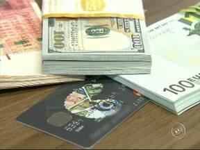 Aumento do IOF faz procura por cartão de crédito diminuir nas casas de câmbio - Quem vai ao exterior está preferindo comprar dinheiro em espécie do que usar o cartão de crédito. A procura se deu por conta do IOF, que aumentou em 6%.