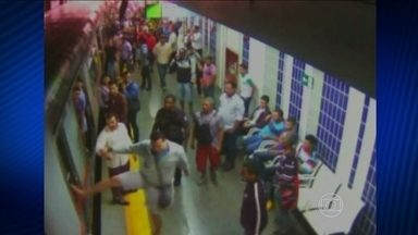 Protesto contra a superlotação dos trens causa confusão no DF - Em uma estação de Ceilândia, a 30 quilômetros de Brasília, os trens chegavam lotados. Quem entrava na plataforma forçava a entrada nos vagões. Por isso, um trem não conseguiu sair. O alarme foi acionado e houve pânico.