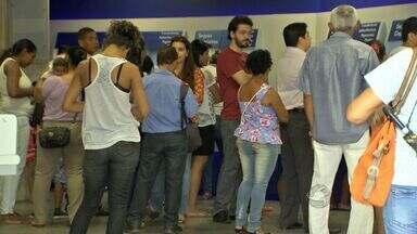 Procon faz fiscalização nas agências de Cuiabá e Várzea Grande - Procon faz fiscalização nas agências de Cuiabá e Várzea Grande. O maior número de reclamações é quanto ao tempo de espera nas filas.