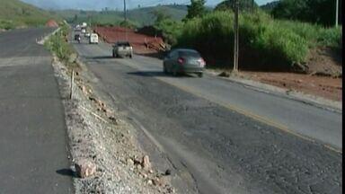 Motoristas reclamam de buracos em pista que liga Cachoeiro a Alegre, no Sul do ES - Obras estão sendo feitas, mas motoristas têm que passar por trechos de asfalto velho.
