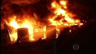 Incêndio destrói 47 ônibus de empresa de transportes em MG - Em Montes Claros, os bombeiros levaram mais de cinco horas para controlar o fogo e evitar que atingisse casas. A suspeita é de que tenha sido criminoso.