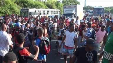 Motoristas e cobradores fecham terminal de ônibus em protesto em Salvador - Eles dizem que não receberam uma gratificação que teria sido prometida. A confusão revoltou passageiros, que bloquearam a BR-324. O bloqueio irritou um motorista.