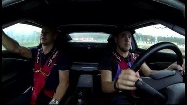 Felipe Fraga leva instrutor de auto-escola para andar em carro da Stock Car - Piloto de 18 ainda não tem carteira de habilitação