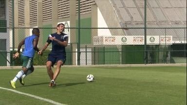 Lúcio leva drible entre as pernas de juvenil em jogo-treino do Palmeiras - Lance lembrou a caneta que Neymar aplicou pelo Barcelona