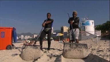 Cariocas inventam instrumento para achar objetos perdidos no mar - Profissão inusitada garante o sustento da família. Dois cariocas trabalham há décadas garimpando objetos perdidos na praia.