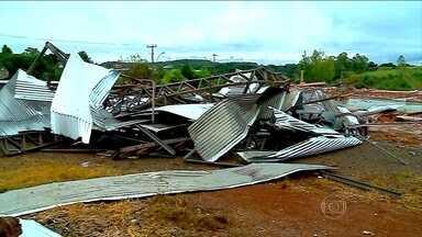 Temporal atinge Rio Grande do Sul e causa destruição - Uma pessoa morreu. A chuva e o vento destelharam 800 casas, derrubaram postes e causaram o desmoronamento de um ginásio de esportes em Tapejara.