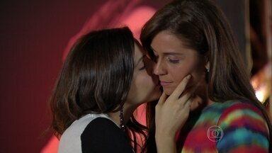 Marina dá beijo carinhoso em Clara - A esposa de Cadu desabafa sobre suas preocupações com Ivan