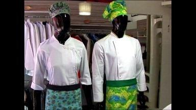 Empresa fabrica uniformes personalizados para profissionais de cozinha - Em São Paulo, uma pequena empresa resolveu investir em cores e tecidos diversos para criar uniformes diferenciados com design inovador.