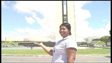 Parceiras levam moradora de Ceilândia para um dia de turista em Brasília - Viviane de Jesus mora a poucos quilômetros de distância, mas nunca teve oportunidade de conhecer os cartões postais da capital federal. Com as parceiras, ela esteve na Praça dos Três Poderes, no Memorial JK e na Esplanada.