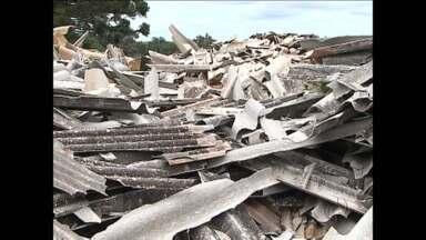 Telhas de amianto viram problema em Corbélia - Prefeitura não sabe o que fazer com o entulho que surgiu na cidade depois do temporal do ano passado.