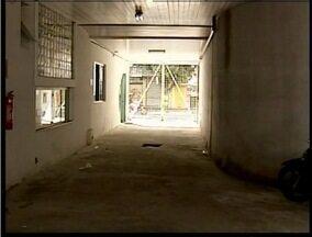 MG Patrulha: Rapaz foge da delegacia de Valadares pela porta do estacionamento - Homem estava com craque e foi recapturado.