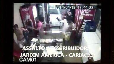 Assaltantes roubam R$ 10 mil e fazem reféns em distribuidora do ES - Ação dos criminosos ocorreu durante descarregamento de bebidas.Donos divulgaram imagens para suspeitos serem identificados.