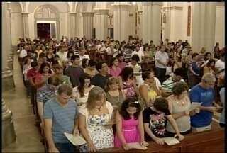Centenas de fiéis participaram da missa que celebra a ressurreição de Cristo - Missa foi realizada na Catedral Metropolitana de Montes Claros.