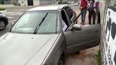 Jovem é ferido por bala perdida enquanto dirigia por rua de Vila Velha, ES - Ele e um amigo ficaram no meio do tiroteio. Mesmo ferido, jovem conseguiu dirigir por algumas quadras.