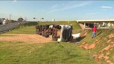 Volta do feriado deixa trânsito lento nas rodovias do ES, diz PRF - Fila de carros chegou a 14 quilômetros na BR-101, na Serra.Na BR-262, em Cariacica, um caminhão capotou e caiu do viaduto.