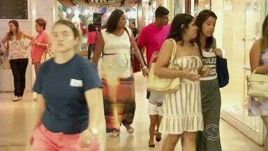 Moradores aproveitam feriado em shoppings em Volta Redonda, RJ - Abrir as portas, mesmo que por um período mais curto, foi a melhor solução para lojistas minimizarem os prejuízos por conta dos dias parados.