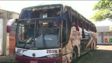 Polícia vai investigar velocidade de ônibus acidentado - Ônibus voltava de Foz do Iguaçu para São Paulo quando tombou perto de Bandeirantes, matando oito pessoas.
