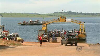 Turistas enfrentam fila por balsa em Delfinópolis - Turistas enfrentam fila por balsa em Delfinópolis