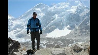 Guias do Nepal ameaçam suspender expedições no Everest - Uma avalanche matou 16 pessoas na semana passada. Cerimônia budista se transformou num protesto por melhores condições de trabalho e mais apoio às famílias.