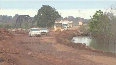 Rodovia que liga Rondônia ao Acre é liberada após quase um mês - A estrada estava interditada por causa das enchentes. Mas atravessar a via ainda é um desafio para os motoristas.